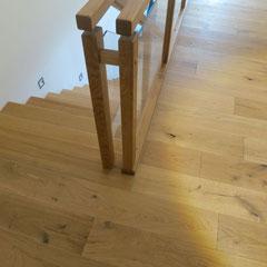 Verbindungselement zwischen Brüstungsgeländer und Treppengeländer: zwei synchrone Holzpfosten aus Eiche.