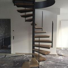 Spindeltreppe aus Stahl mit Holzstufen