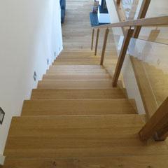 Eine exklusive Treppenanlage aus Eichenholz und Glas.