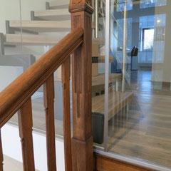 Ein gelungener Stilmix von klassischer Wangentreppe mit moderner Treppenanlage.