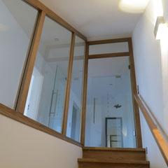 Der Kelleraufgang ist eine moderne Holz-Glas-Konstruktion.