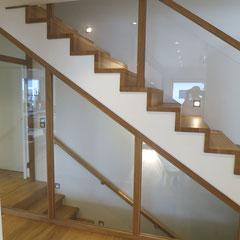 Die Pfosten des Treppengeländers wurde der Holzkonstruktion des Kellerabgangs angepasst. Ein einheitliches Bild.