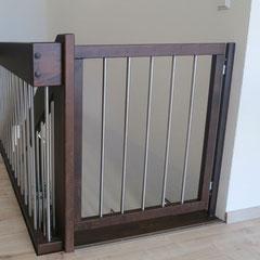 Treppenschutztür dunkel gebeizt mit Edelstahlstäben