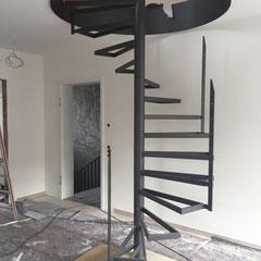 Stahlunterkonstruktion einer Wendeltreppe mit Holzstufen