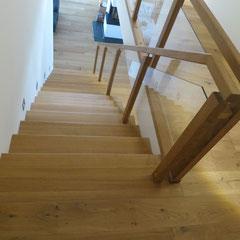 Treppenabgang ins Erdgeschoss. Betontreppe mit Holzstufen aus Eiche belegt.