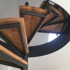 Stahltreppe mit Holzstufen aus keilgezinkter Eiche