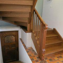 Renoviertes Geländer mit neuen Stufen und neuen Wangen.