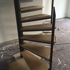 Gewendelte Stahltreppe mit Holztritten aus Eiche, keilgezinkt