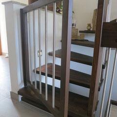 Kinderschutztür aus gebeizter Buche mit Edelstahlstäben, passend zur Treppenanlage