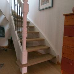 Wangentreppe mit profilierten Stufen aus Eiche.