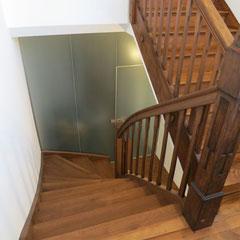 Neue Treppenanlage mit alten, restaurierten Treppengeländer.