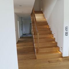 Alles Eiche. Boden und Treppen. Treppe ist aus keilgezinkter Eiche.