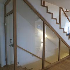 Der Kellerabgang wurde mit einer Konstruktion aus Holz und Glas zugemacht.