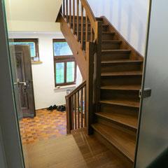 Eine Treppe mit Charme: neue Wangentreppe mit restauriertem Geländer und Pfosten