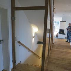 Moderner Kellerabgang aus Eiche mit Glastüre.