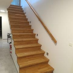 Die Kellertreppe hat einen passenden Wandhandlauf aus Eiche.