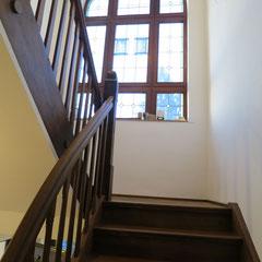 Stilmix: neue Treppenanlage in Eiche, passend zum renovierten Treppengeländer und den Pfosten.