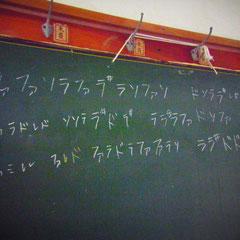 ろうかにあった黒板 なんだか楽譜が書いてありますよ♪なんの曲か分かりますか?分かった方には粗品進呈♪
