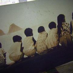 ワミツヤさんのお仕事している部屋に 昔のこどもたちを撮った写真が1枚・・・ あの三角の島はどこだろうか?