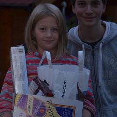 Inken und Moritz mit Geschenken