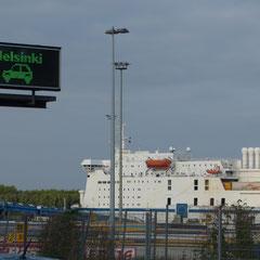 eine riesige Fähre läuft in den Hafen ein