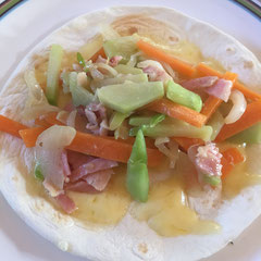 コールラビ・人参・ベーコンを炒めてタコスの具材に sauteed kohlrabi, bacon and carrots in a wrap