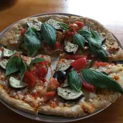 summer time pizza with eggplants and basils/夏のピザ