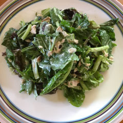 サラダミックスにツナと生小松菜を加えてボリュームたっぷりサラダ/ salad mix with tuna fish and fresh komatsuna greens