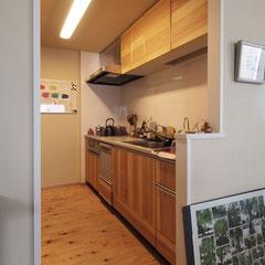 キッチンは既存のものを利用して、扉だけ木製のパネルに交換しました。