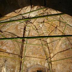 réalisation d'une structure de plus de 4,50m de haut (bambous et grillage)
