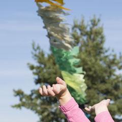 Bunte Girlande mit Kinderhänden
