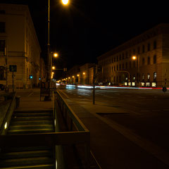 Ludwigstraße bei Nacht.