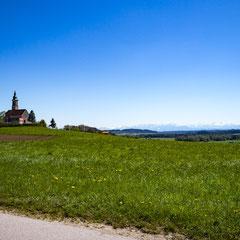 Kirche Alxing (Gemeinde Bruck) mit Alpenpanorama.