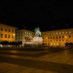 Wittelsbacherplatz mit Reiterstandbild Max I bei Nacht.