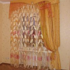 Ассиметричные шторы в гостевой комнате.