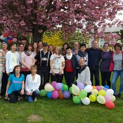 Gruppenfoto im wunderschön blühenden Frühlingspark