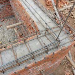 Backsteinmauerwerk mit Zementmörtel: Stahlbeton-Gurt auf Deckenhöhe