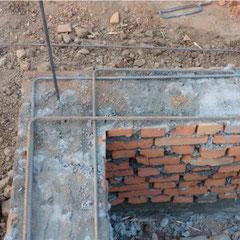 Backsteinmauerwerk mit Zementmörtel gemauert: Stahlbeton-Gurten ringsum.