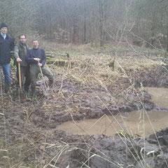 22.02.14: Es wurden Vertiefungen gegraben, die auch in trockeneren Zeiten Wasser führen sollen - Foto: Stefan Wagner