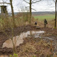 22.02.14: Es wurden Vertiefungen gegraben, die auch in trockeneren Zeiten Wasser führen sollen - Foto: Björn Behrendt