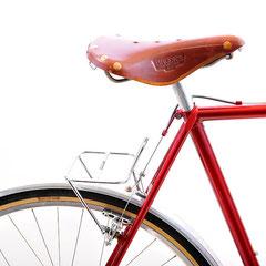 サドルバッグをメインとする自転車なので、日東・NR-20のリアキャリアを採用しています。サドルの高さにもよりますが、フォーク抜き方式の輪行で、キャリアが出っ張らないように設定しています。