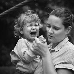 familienreportage, hamburg, buchholz, rosengarten, familienfotograf, familienshooting, dokumentation, Homeshooting, Kinderfotografhamburg, authentisch, Kind, weinend