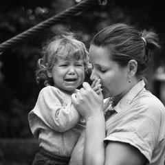 familienreportage, hamburg, buchholz, rosengarten, familienfotograf, familienshooting, dokumentation, Homeshooting, Kinderfotografhamburg, authentisch, Mama, trösten