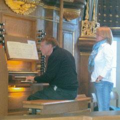Christian  beim Nachspiel an der Orgel (mit Anja)
