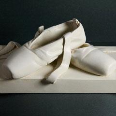 Le scarpette- fusione in bronzo a finitura laccata cm 41,5 x 20 h 16