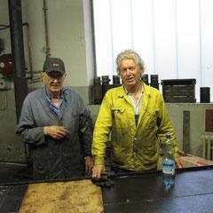 Hartmut und Wolfgang zufrieden mit der erfolgreichen Getreibereparatur