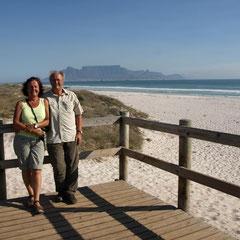 dann sehen wir zum ersten Mal den Tafelberg von Kapstadt