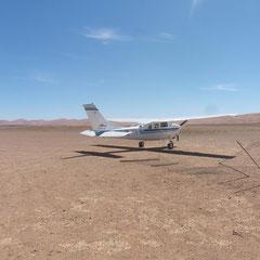 Mit diesem Flugzeug fliegen wir über die Namib Wüste