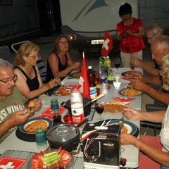 mit italienischen Spagetti und italienischem Wein - mit Gabel und Löffel gegessen, die Chinesen stauenen