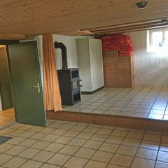 Der vordere Teil des Party-Kellers ist eine kleine Bühne mit Vorhang.
